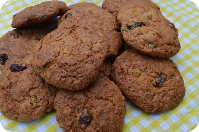 Oaty fruity cookies
